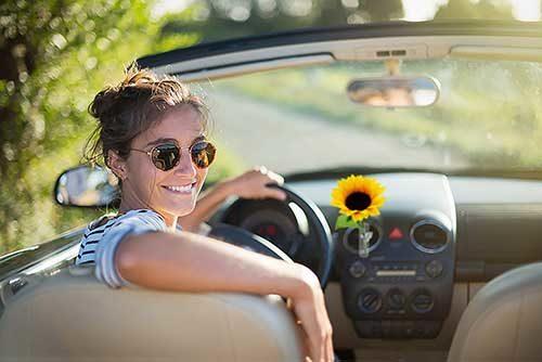 Autovase mit Sonnenblume in einem Cabrio