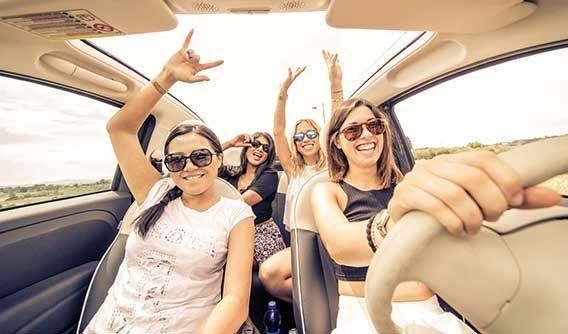 fröhliche Frauen im Auto