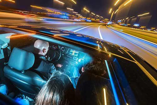 Auto-Innenraum mit bunter LED-Beleuchtung